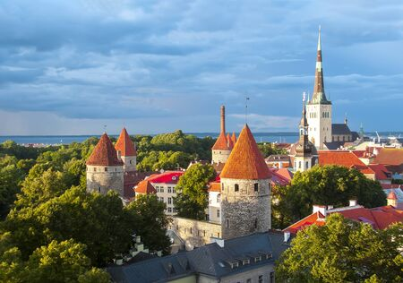 Foto de St. Olav's church tower and Tallinn walls, Estonia - Imagen libre de derechos
