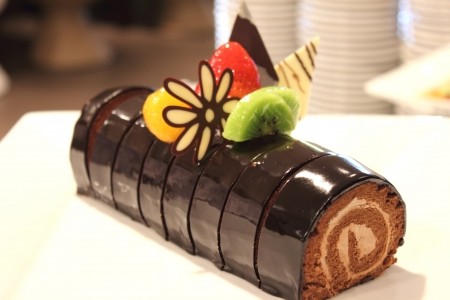 the chocolate cake roll decoration with berries