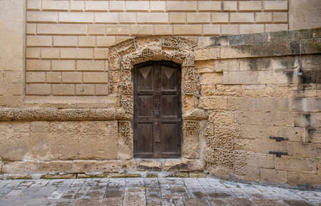 Foto de Lecce, Puglia, Italy - March 08, 2019: Medieval historical center in the old town. View and detail of an ancient gate or door. A region of Apulia - Imagen libre de derechos