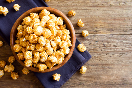 Photo pour Homemade caramel popcorn in wooden bowl - image libre de droit