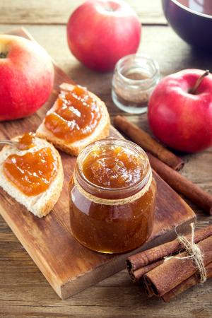 Photo pour Homemade Sweet Apple Butter with Cinnamon - organic healthy vegetarian food. Apple Jam. Apple Marmalade. - image libre de droit