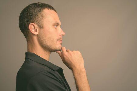 Photo pour Portrait of handsome man against gray background - image libre de droit