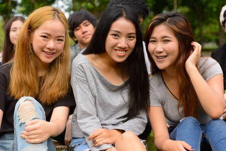 Foto de Happy young group of friends having fun together at the park - Imagen libre de derechos