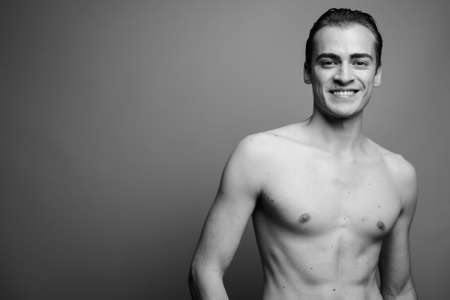 Photo pour Young handsome man shirtless against gray background - image libre de droit