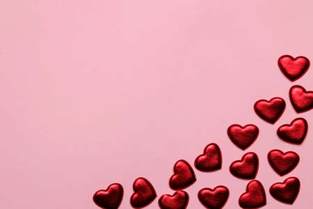 Photo pour red hearts on a bright pink background. frame of hearts, top view with space for text - image libre de droit