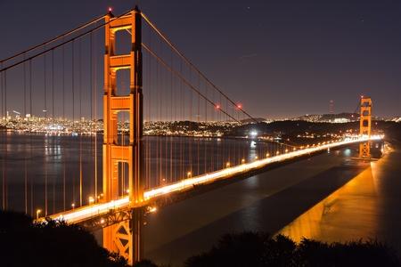 Photo pour Golden Gate bridge San Francisco at dusk reflecting in the surrounding bay - image libre de droit