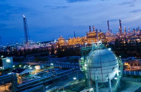 Photo pour Gas storage spheres tank in petrochemical plant at night - image libre de droit