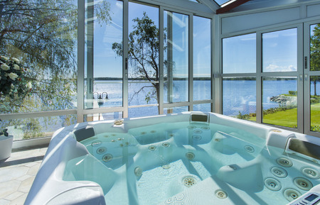 Photo pour Glassed in jacuzzi by ocean - image libre de droit