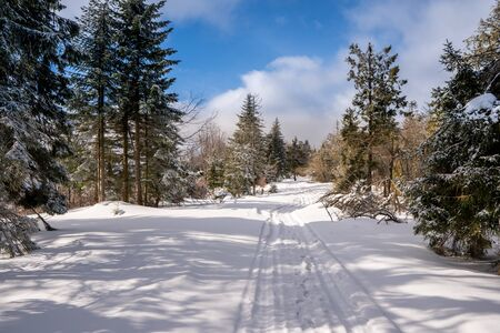 Photo pour road in winter mountains rides cars and snow scooters, beautiful blue sky, slovakia beskidy, beskid mountains - image libre de droit