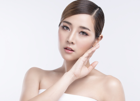Photo pour Beauty Young asian woman with perfect facial skin. Gestures for advertisement treatment spa and cosmetology. - image libre de droit