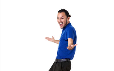 Photo pour Smile and happy Asian man with open hand gesture present an empty space of content. Advertising model concept. - image libre de droit