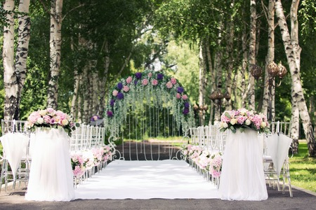 Photo pour wedding arch from flowers in the wood - image libre de droit