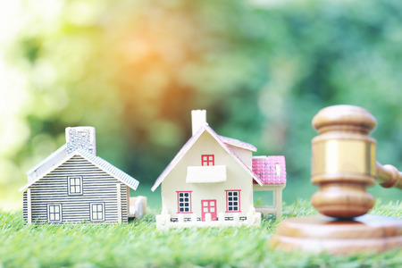 Photo pour Property auction, Model house and Gavel wooden on natural green background, lawyer of home real estate and ownership property concept - image libre de droit