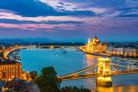 Photo pour Panoramic view of Budapest with Hungarian Parliament Building on the bank of the Danube and Chain Bridge by night - image libre de droit
