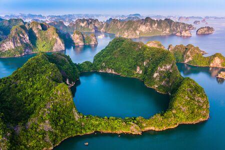 Photo pour Aerial view of Ha Long Bay, Vietnam. - image libre de droit