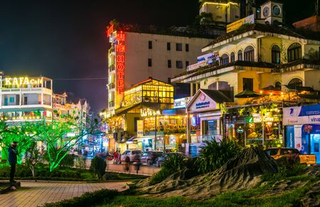Photo pour SAPA, VIETNAM - SEP 27, 2019: Street night view of the center of Sapa in Lao Cai Province in northwest Vietnam - image libre de droit