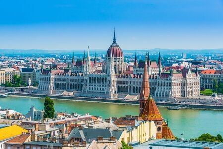 Photo pour Panoramic view of Budapest with Hungarian Parliament Building on the bank of the Danube. - image libre de droit
