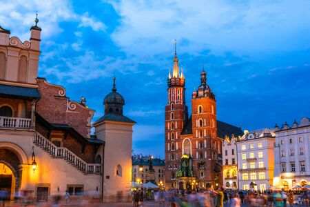 Foto für KRAKOW, POL - JUL 25, 2019: Main Market Square with Saint Mary's Basilica in Old Town of Krakow, Poland - Lizenzfreies Bild