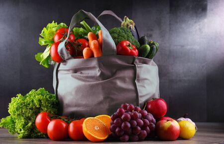 Foto für Shopping bag with fresh vegetables and fruits. - Lizenzfreies Bild