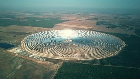 Photo pour Aerial view of round solar power station - image libre de droit