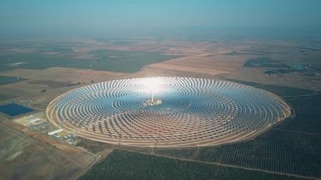 Photo pour Modern solar power station with tower, aerial view - image libre de droit