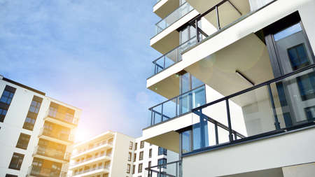 Photo pour Modern apartment buildings on a sunny day with a blue sky. Facade of a modern apartment building. Glass surface with sunlight. - image libre de droit