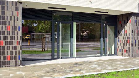 Photo pour Panoramic windows of new commercial premises. Commercial property in development standard for rent. - image libre de droit