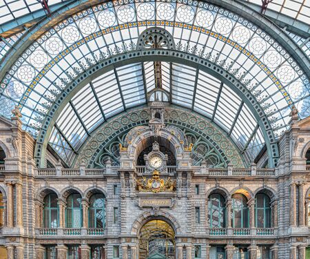 Photo pour Famous old clock on the facade of the old beautiful railway station in Antwerp - image libre de droit