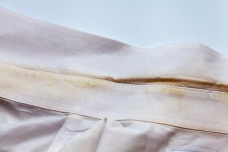 Photo pour Yellow collar stain on white dirty shirt - image libre de droit