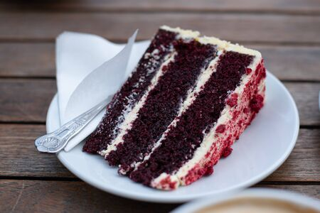 Photo pour Slice of delicious and tasty berry Cake on a plate - image libre de droit