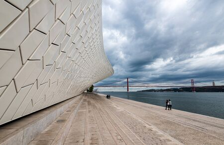 Foto per LISBON, PORTUGAL - October 19, 2018: The modern  MAAT (Museu de Arte, Arquitetura e Tecnologia) building with futuristic architecture in Lisbon, Portugal in the evening. - Immagine Royalty Free