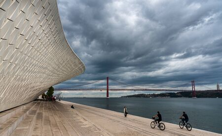 Foto per LISBON, PORTUGAL - October 19, 2018: The modern  MAAT (Museu de Arte, Arquitetura e Tecnologia) building with futuristic architecture in Lisbon, Portuga. - Immagine Royalty Free