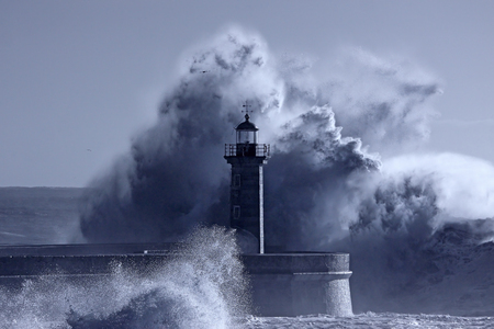 Photo pour Old lighthouse in the middle of great stormy waves. Douro river mouth. Used infrared filter. Toned blue. - image libre de droit