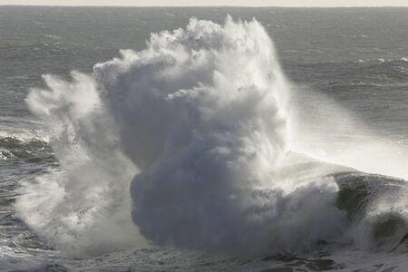 Photo pour Big ocean wave splash. Northern portuguese coast. - image libre de droit