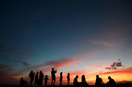 Photo pour A Group Of People Enjoying A Sunset By The Beach In Hawaii - image libre de droit