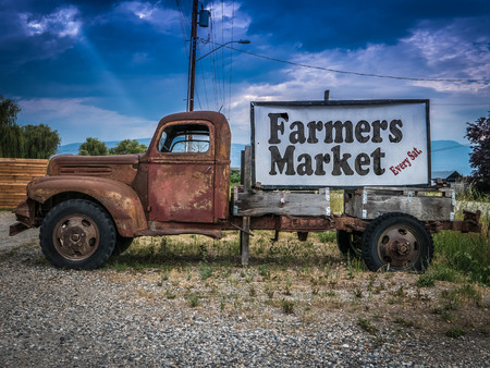 Photo pour Sign For A Farmers Market On The Side Of A Vintage Rusty Truck - image libre de droit