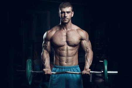 Foto de Male bodybuilder, fitness model trains in the gym - Imagen libre de derechos