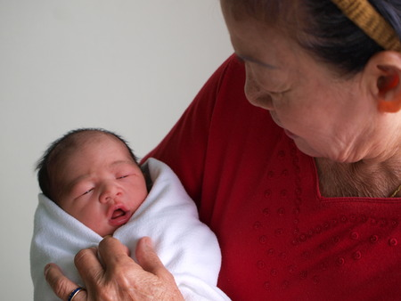 Photo pour Newborn baby in the hand of his grandmother. - image libre de droit