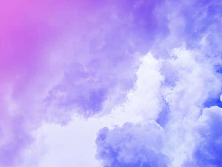 Photo pour Cloudy purple sky on an overcast day - image libre de droit