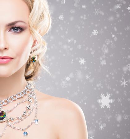 Photo pour Beautiful woman over winter background with snow flakes. Christmas concept. - image libre de droit