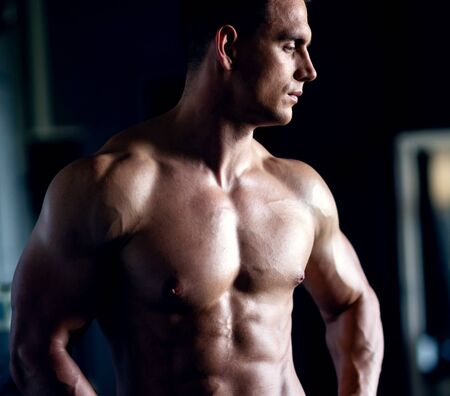 Photo pour Strong, fit and sporty bodybuilder man over black background. - image libre de droit