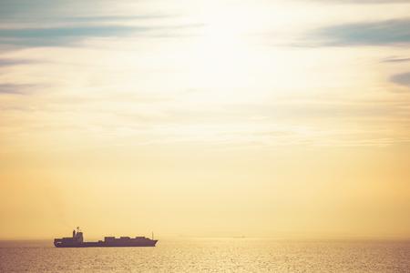 Photo pour Freight vessel in the sunset - image libre de droit