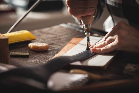 Photo pour Leather handbag craftsman at work in a vintage workshop. Small business concept. - image libre de droit