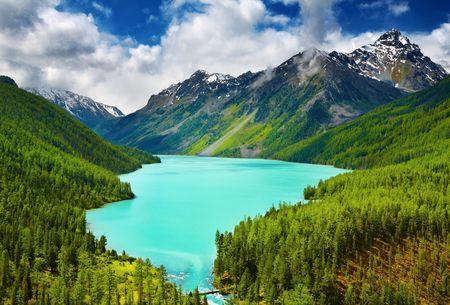 Foto de Beautiful turquoise lake Kucherlinskoe in Altai mountains - Imagen libre de derechos