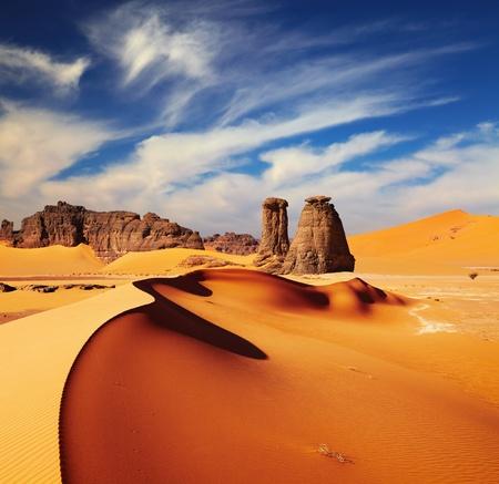 Foto de Sand dunes and rocks, Sahara Desert, Algeria - Imagen libre de derechos