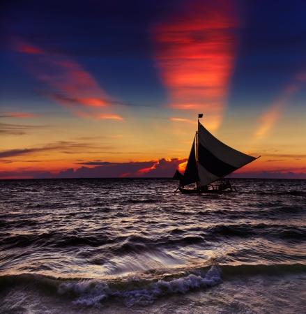 Photo pour Tropical sunset with sailboat, Boracay, Philippines - image libre de droit