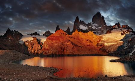 Foto de Laguna de Los Tres and mount Fitz Roy, Dramatical sunrise, Patagonia, Argentina - Imagen libre de derechos