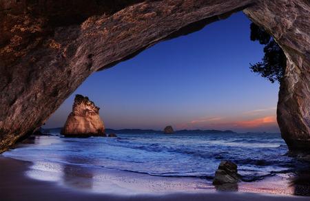 Foto de Cathedral Cove at sunrise, Coromandel Peninsula, New Zealand - Imagen libre de derechos