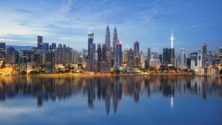 Photo pour reflection of Kuala Lumpur skyline - image libre de droit