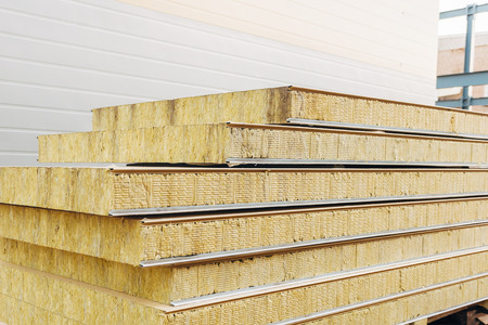 Photo pour Pack of sandwich panel sustainable insulated ready for wall building. - image libre de droit